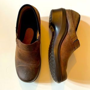 ARIAT | brown leather slip on clogs 8.5